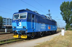 The 363.506 locomotive with an advertising label is intended to attract new employees